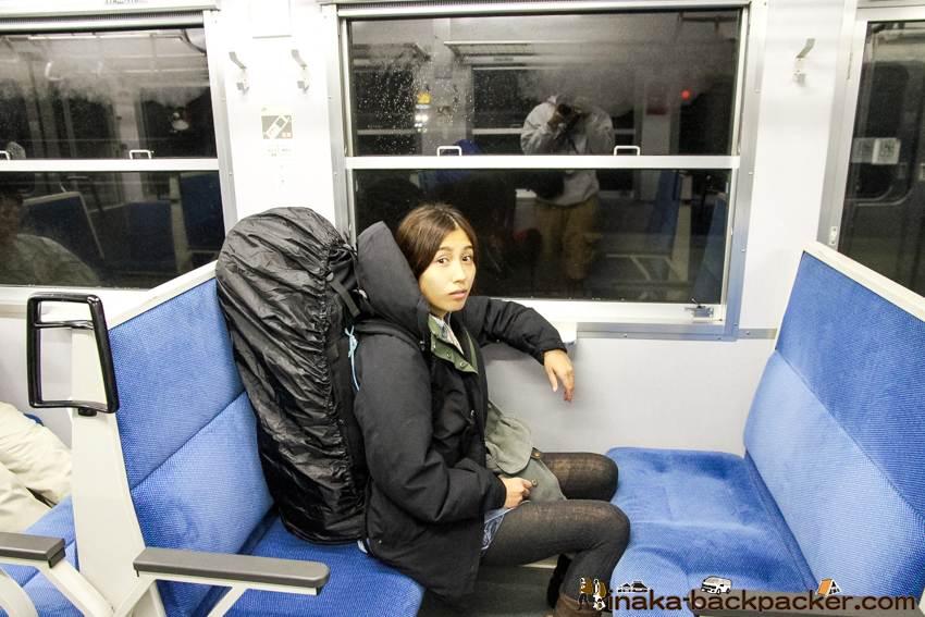 長野県 茅野へ向かう 電車 バックパッカー