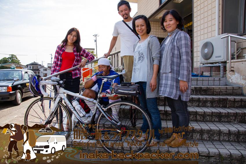 能登・穴水駅(石川県) - 穴水町での出会いは、穴水駅構内から始まった。(左から)結花、北角さん、ぼく、倉本さん、岩本さん。