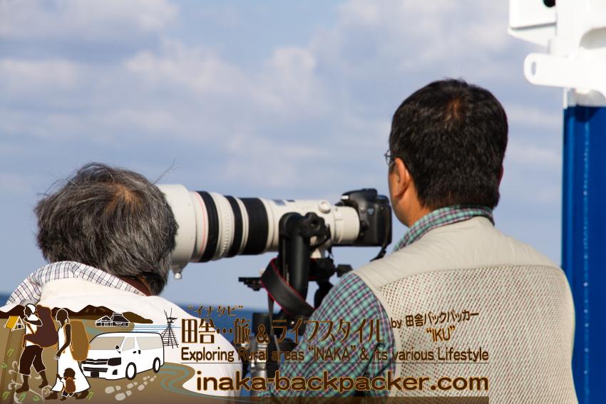 能登・輪島から沖合50キロに浮かぶ舳倉島へ向かう定期船。数人がキャノン EOS 7Dを活用していた。A cameraman with Canon EOS 7D heading towards Hegura Island.