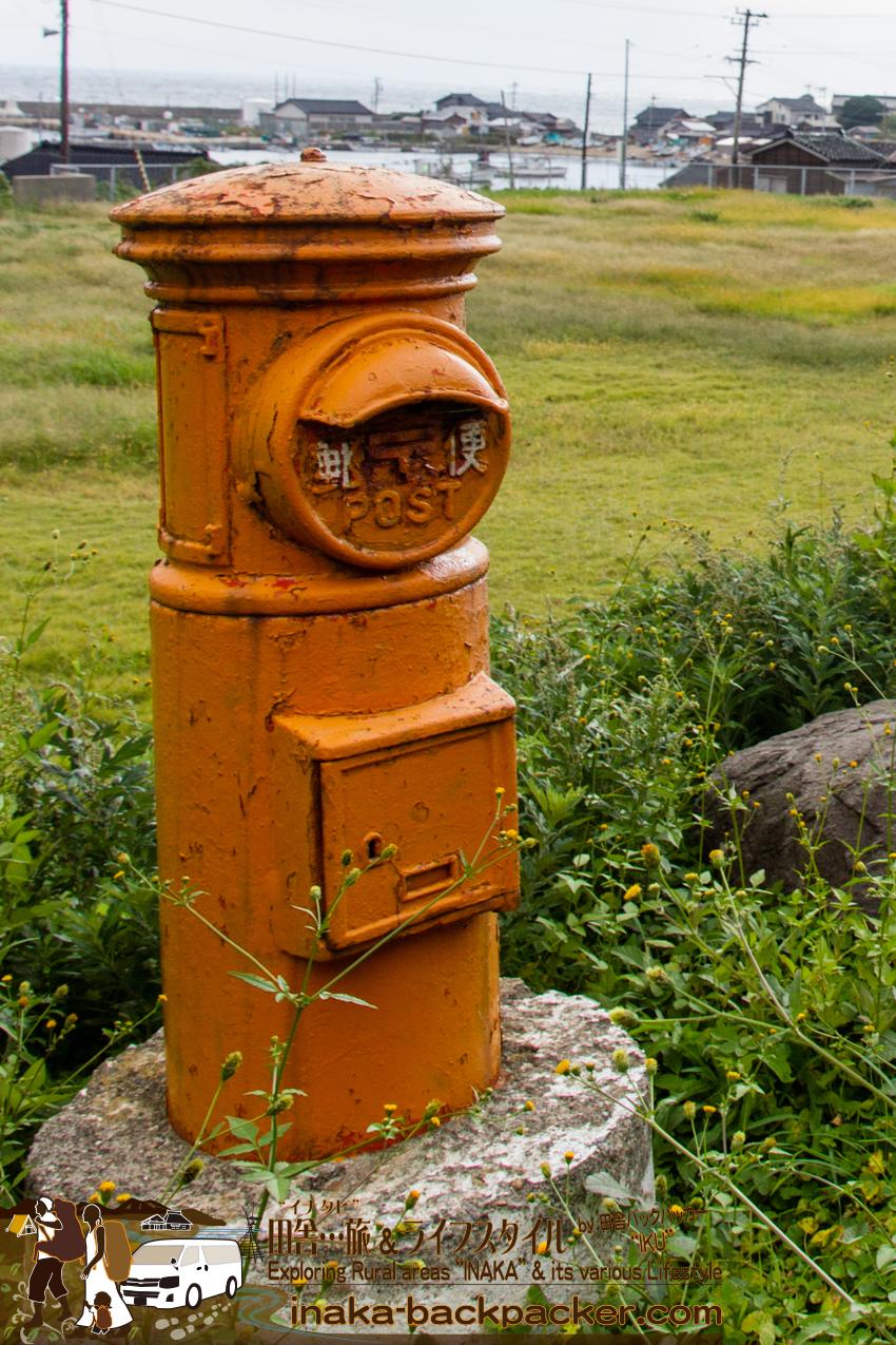 石川県舳倉島(へぐらじま)学校のグラウンドにあった郵便ポスト。今使われているのだろうか... There was a mail box on school ground.