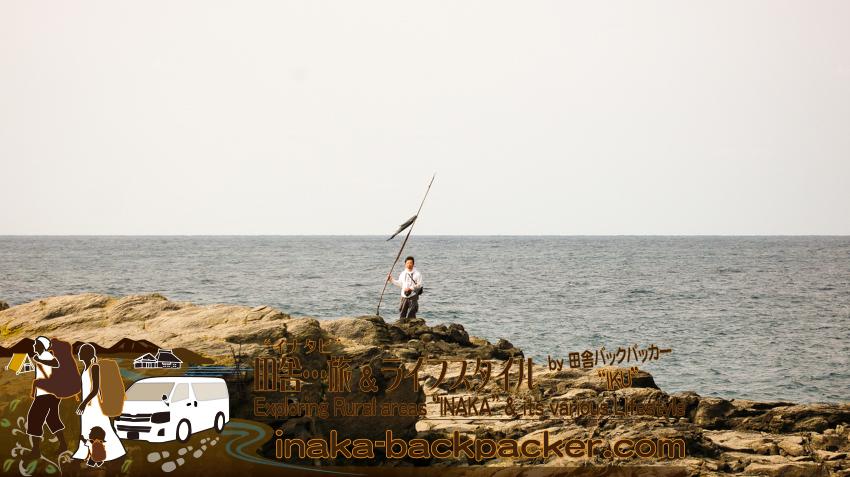舳倉島 この旗はなんのためにあるのか...。A flag on Hegura Jima island.