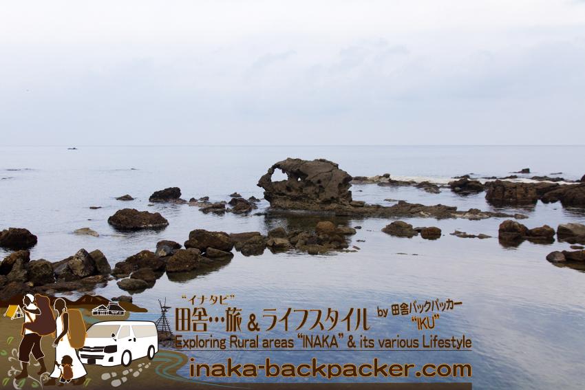 石川県 奥能登一周中 - 綺麗な海に骸骨のような岩 /
