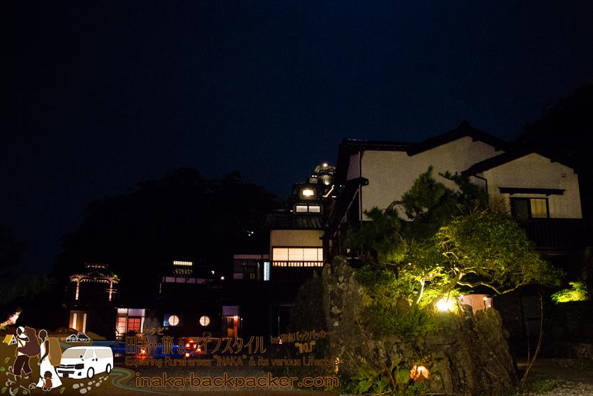 """奥能登一周中 - 「ランプの宿」のお風呂。雰囲気はいいが、正直、お風呂の気持ちよさは「一般家庭の風呂と同じかな?!」というがぼくの感想だった。Open air hot spring at """"Lamp no Yado"""" in Ishikawa Pref. on Noto Peninsula."""