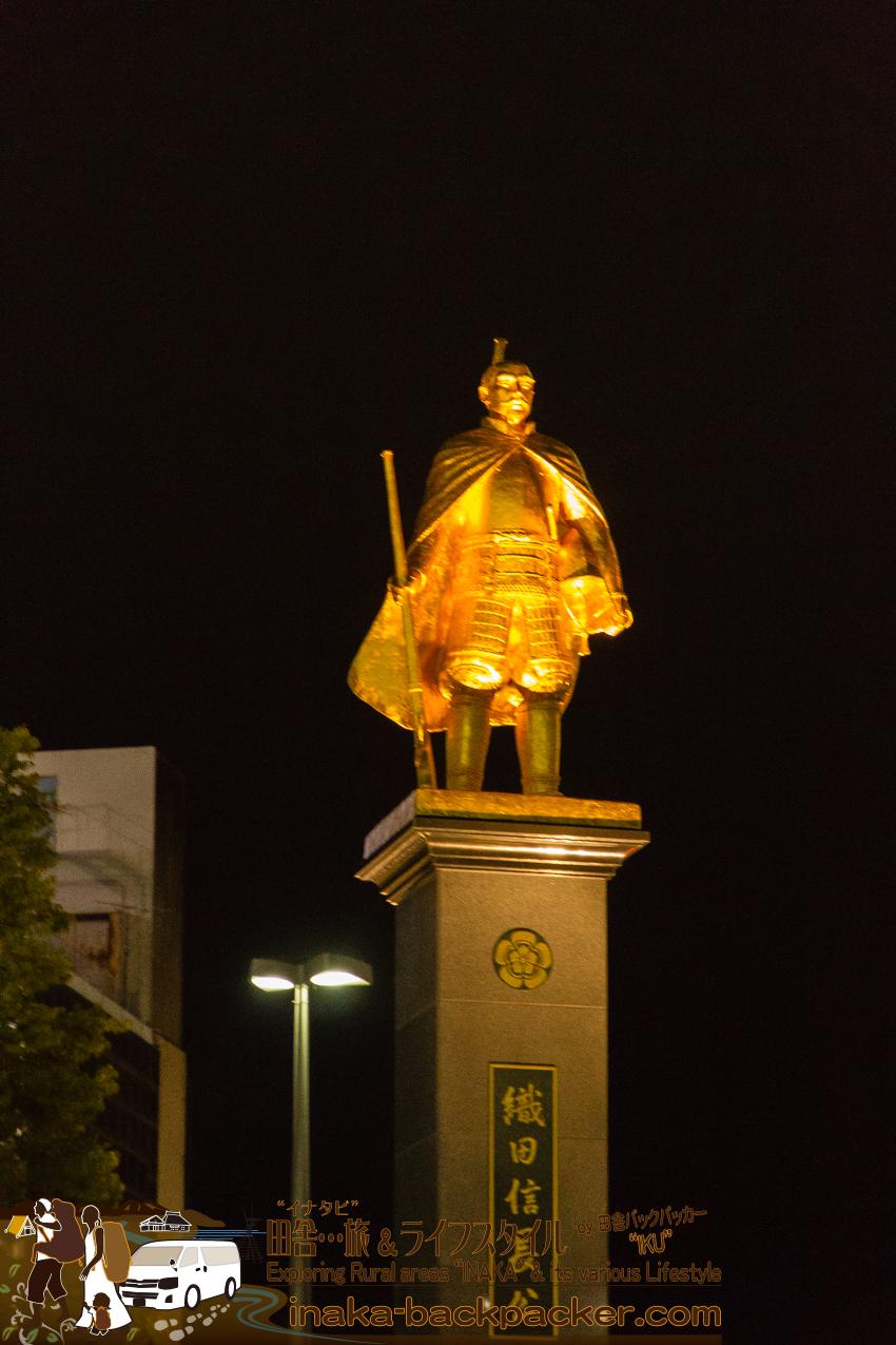 岐阜駅前にある黄金の織田信長像。