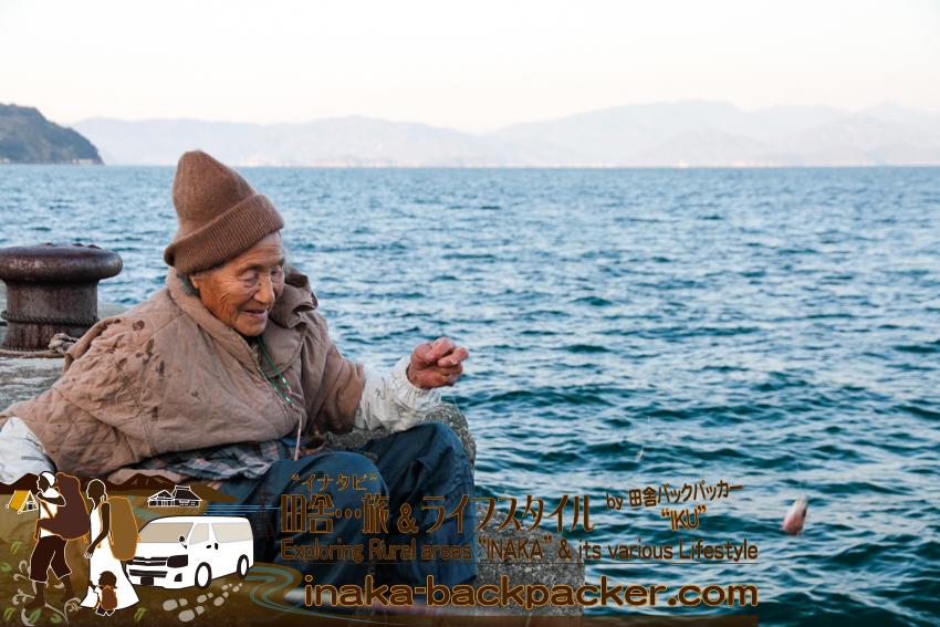 愛媛県 八幡浜大島 - 三王島へ釣りを楽しみ今夜の夕飯を釣る90歳のおばあちゃん。生きるために釣る、本格的な釣りガールだ。
