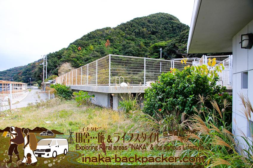 愛媛県 八幡浜大島 - 地大島にある廃校となった大島小中学校の使われてないプール施設。