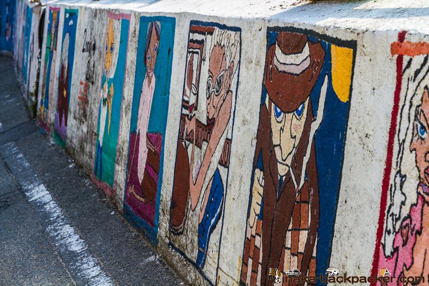 兵庫県 坊勢島 学校周辺のとおりの壁には、スヌーピーの絵などが描かれていた