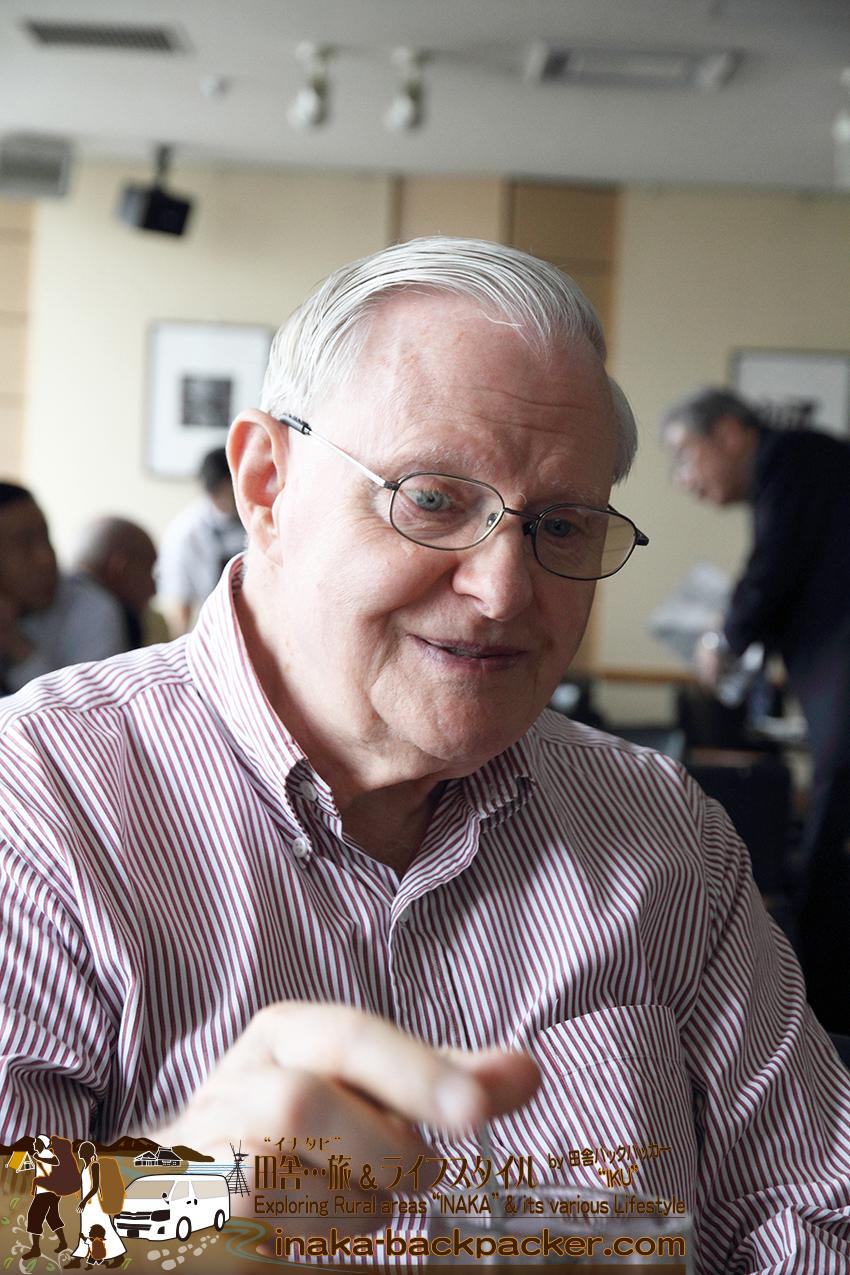 有楽町電気ビル外国人記者クラブのレストラン メインバーにて。ドナルド・ハウクさん。バルサミコを水に入れて「健康に良い」と毎日飲んでいる。ぼくが1~2歳のころからの友人であり特別なおじぃちゃん。アメリカ・オレゴン州出身。