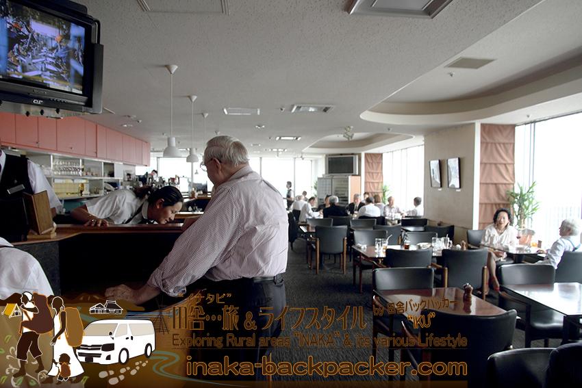 電気ビル最上階20階にある東京有楽町の外国人記者クラブ/The Foreign Correspondents' Club of Japanメインバー レストランの雰囲気。有料会員制度。会員限定のレストランだ。