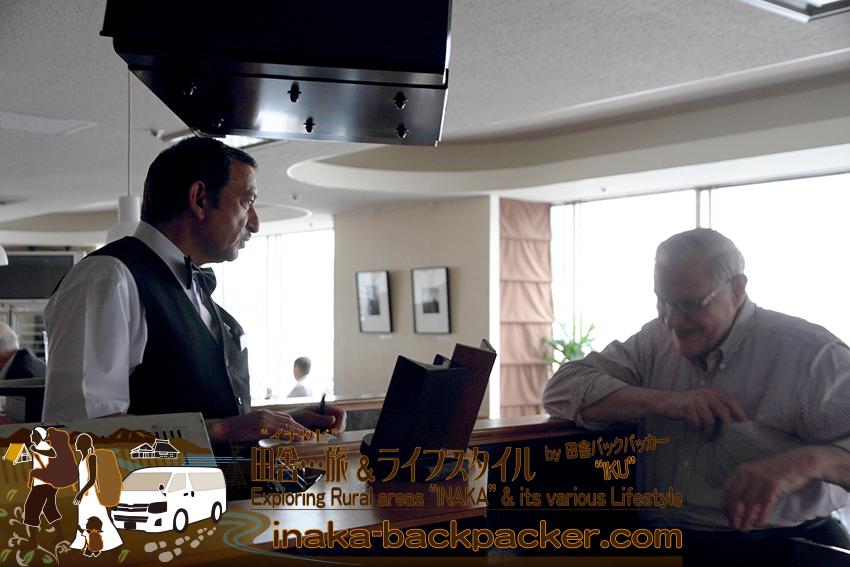 東京有楽町の外国人記者クラブ/The Foreign Correspondents' Club of Japanにて。ハウクさんと、ウエイターのハニフさん。