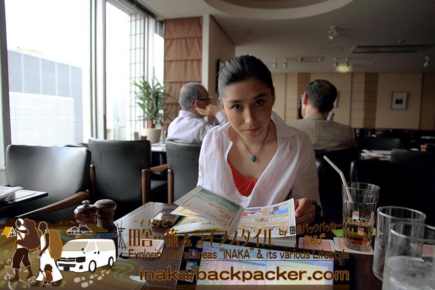 電気ビル最上階20階にある東京有楽町の外国人記者クラブ/The Foreign Correspondents' Club of Japanメインバー レストランにて。昼食を終え、ぼくら田舎バックパッカー夫婦二人でお勉強。マンガ「日本の歴史」をプレスクラブで熟読中の結花。