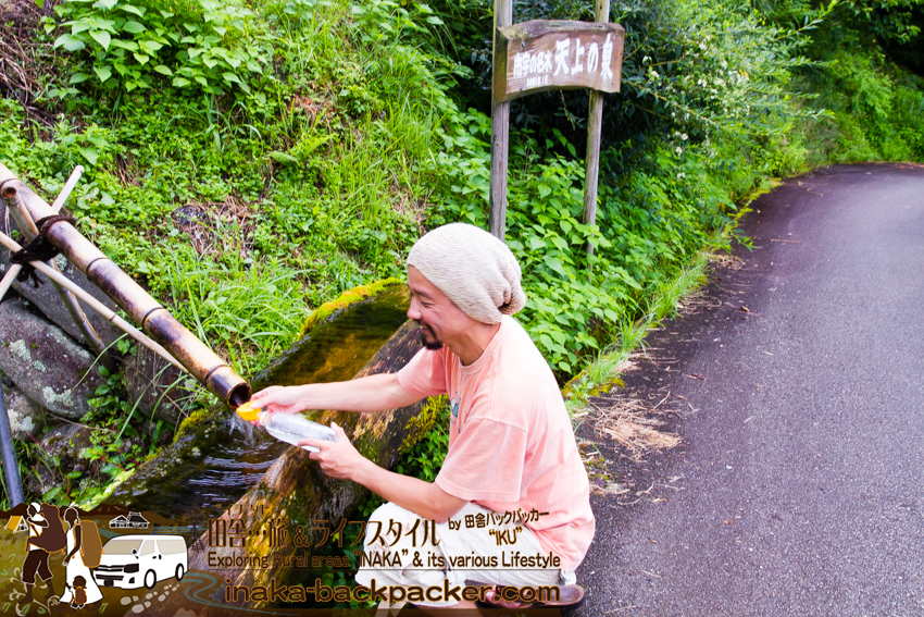 徳島県勝浦郡上勝町 - 山からの水って美味しいよね。「市宇の棚田」の市宇の名水「天上の泉」「ふる里の泉」で リサイクルしている何本ものペットボトルに名水を入れる(映画「人生、いろどり」ロケ地の一つ)
