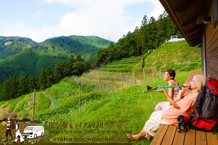 徳島県勝浦郡上勝町 - ここで、たまに棚田コンサートも開催している。南アフリカの楽器ブブゼラを吹いてみる。