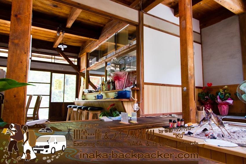 """徳島県上勝町 - 石本商店は""""ただの商店""""ではない。囲炉裏にアメゴの串焼き。喫茶とレストランに大変身した。ぼくらと石本さんが話していると、お客さんが「この辺にアメゴ売っていませんか?」と尋ねてきた。"""