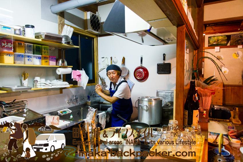 徳島県勝浦郡上勝町 - 映画「人生、いろどり」のロケ地 石本商店。映画をきっかけに再オープン。現在は喫茶+レストランに生まれ変わった石本商店。ここに来たら必ず食べるべきカレーを作るシェフ谷本徹さん。こんな感じの人だ!今日のカレーはまたまた売り切れ。カレーの仕込みをしている最中だった。