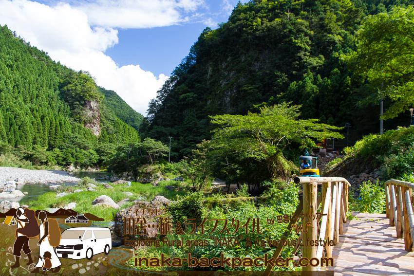 徳島県勝浦郡上勝町 - 石本さんは、商店のすぐ近くの勝浦川周辺に、キャンプ場をつくっている。