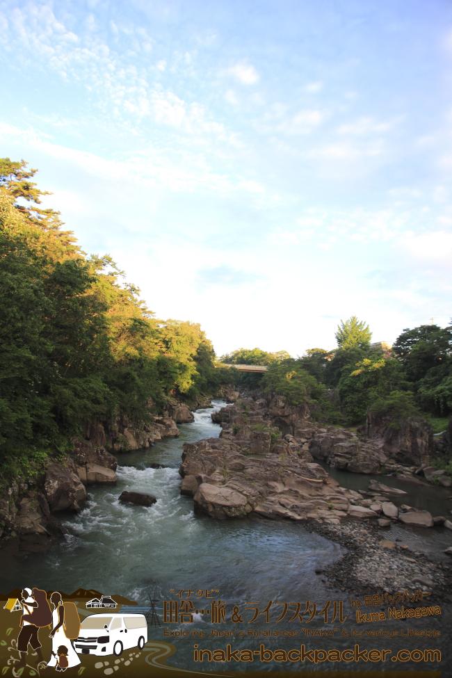 """ここは岩手県一関市の厳美峡(げんびきょう)。雑誌にはより""""隠れた""""スポットを特集して理う。"""