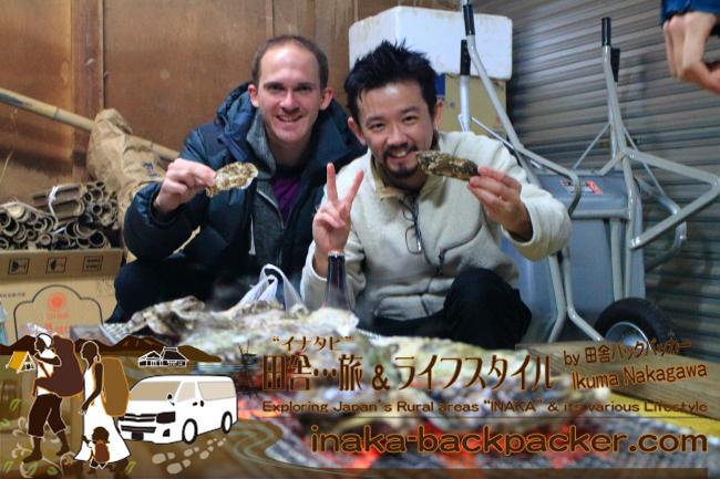 能登・穴水町岩車(あなみずまち いわぐるま)- 出会って早々、焼き牡蠣(カキ)のバーベキュー。フランスの牡蠣とは違い、日本の牡蠣には身が沢山詰まっていて、デリシャスだそうだ!