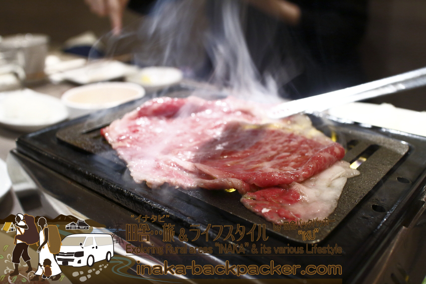 うしごろバンビーナ五反田店(東京都) - 「サーロインのすき焼き」。焼き方も...。独特で...トングを鉄板上で素早くスライドさせて肉をひっくり返していた。これまで見たことがない、肉の返し方だった。