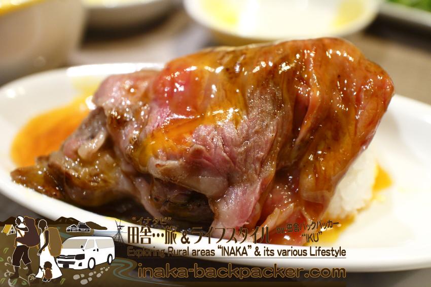 うしごろバンビーナ五反田店(東京都) - 「サーロインのすき焼き」に玉子2個をディップして一口ライスと一緒に...こんな食べ方は初めて。とにかく!とんでもなく極上の味だ。