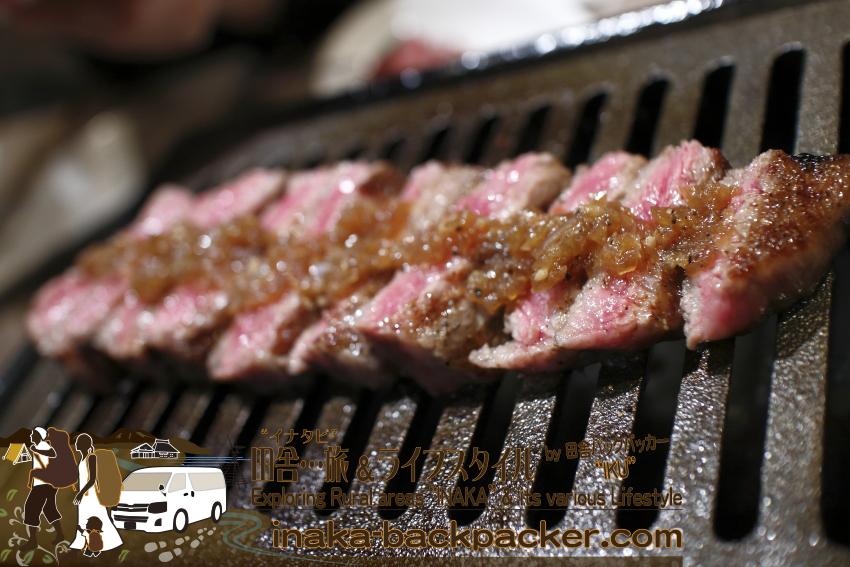 うしごろバンビーナ五反田店(東京都) - 極選うしごろステーキに玉ねぎソースをかけて...焼く。本物の肉はレアが美味しい。