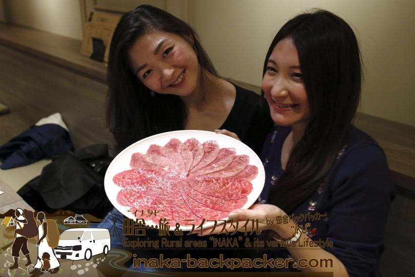 うしごろバンビーナ五反田店(東京都) - ミスジ・シンシン。こんな綺麗な女性グルメブロガーたちが暗く映り...明るさで勝ってしまう...「うしごろ」の肉だ。