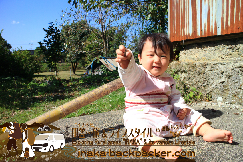 能登・穴水町岩車 - 2014年。結生も薪火のそばで遊んでた。