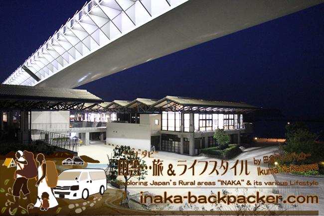 熊本県天草市牛深 – 牛深ハイヤ大橋の真下にあるうしぶか海彩館。昼過ぎから中学生がミズイカ(アオリイカ)釣りのスポットとなっている