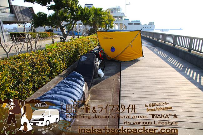 熊本県天草市牛深 – 牛深ハイヤ大橋下でのテント泊の翌日。テント、寝袋などを久しぶりに干す。