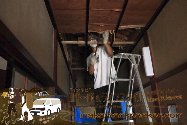 能登・穴水町岩車(石川県) – 屋根の修復が終わると、天井の解体作業を始め、新しい天井に張り替えた