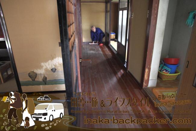 """能登・穴水町岩車(石川県) – 廊下だけではないが…""""全ての部屋""""がこのような状態!雑巾がけだけでなく…全部屋畳なので、全ての畳をひっくり返しての作業は…なかなか""""大変""""なのだ"""