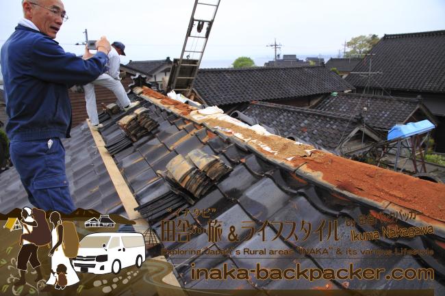 能登・穴水町岩車(石川県) – 屋根と天井の修復作業…近所の新田信明さんの大サポートにもよる大作業となった。屋根をまず修復しなければ…雨漏れが続き、家はズタズタの状態になる