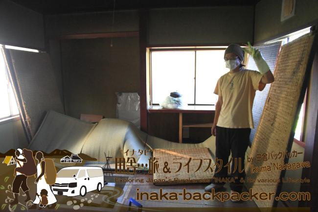 能登・穴水町岩車(石川県) – 各部屋、畳をひっくり返して、裏から表まで全てを清掃した。囲炉裏もある家なのだ