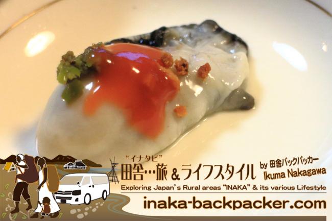 能登・七尾 – カフェ「遊帆(ななお ゆうほ)」にて、またまた牡蠣が…昨晩とは違い、生牡蠣の上に三種類のスパイスをトッピング。またこれが旨い!牡蠣は遊帆の隣の宮本水産の牡蠣