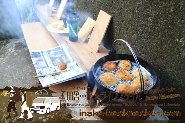 """能登・穴水町岩車(石川県) – 最近、里山の""""薪""""資源を活用した薪生活も開始!コロッケまで作っているよ。今は屋根がないから…晴れているときだけだけどね"""