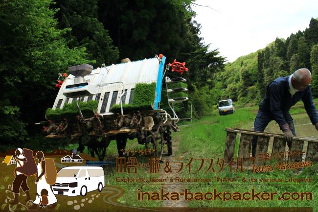 能登・穴水町岩車 – 新田信明さんも長崎さんの田植えをお手伝い中