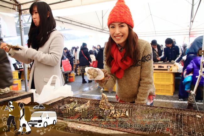 能登・穴水町(石川県) - 雪中ジャンボかきまつり2015にて。一袋10個で1000円の牡蠣を炭火コンロで焼いて楽しむ