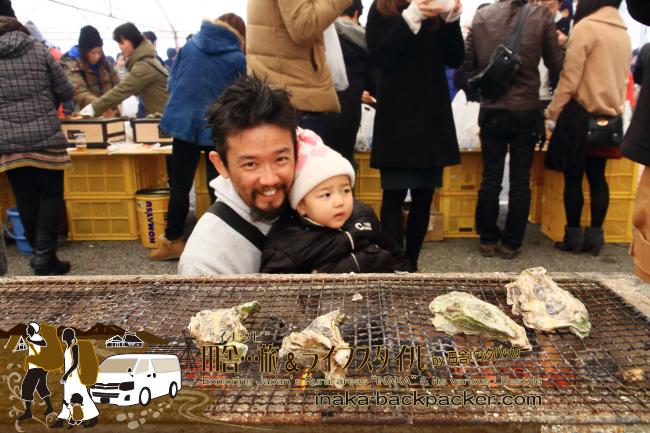 能登・穴水町(石川県) - 雪中ジャンボかきまつり2015にて。一袋10個で1000円の牡蠣を炭火コンロで焼いて楽しむ。