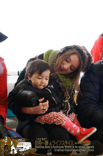 能登・穴水町(石川県) - 雪中ジャンボかきまつり2015にて。新たな友人、英語の先生で穴水に住むBetsy(ベッツィー)とフレンドリーに触れ合う娘・結生ちゃん