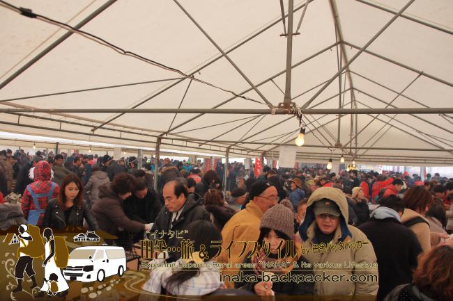 能登・穴水町(石川県) - 雪中ジャンボかきまつり2015にて。会場には多くの人が集まり、炭火焼きの牡蠣を楽しんでいる。