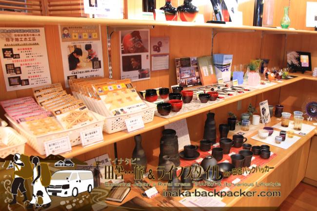 珠洲焼、輪島塗の漆器、田鶴浜建具(たづるはまたてぐ)の木工品など能登の工芸品コーナー