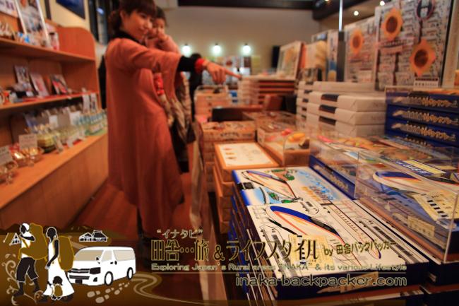 穴水駅に併設された「四季彩々」では沢山のお菓子が販売されている。
