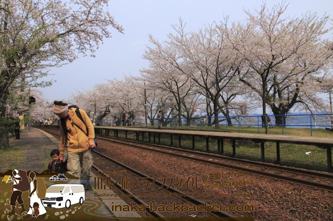 """結生ちゃんカメラマン&バックパッカー、外でずっと撮影...はしゃいでいたよ。里海も見えるここ能登の""""能登さくら駅""""(能登鹿島駅)...いいねぇ"""