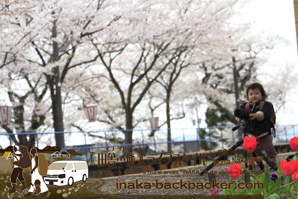 結生ちゃんカメラマン&バックパッカー撮影中 能登さくら駅<能登鹿島駅>にて