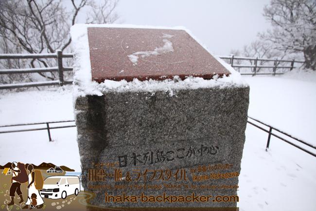能登・珠洲市 - 禄剛崎灯台。「日本列島ここが中心」  Noroshi Rokkosaki Lighthouse in Suzu, Noto (Ishikawa Pref). The center of Japan.