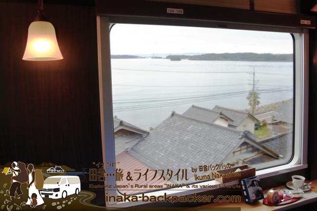 12Aと12Bの窓向かいの座席。ロールケーキを食べながら正面にみえる能登の里海を楽しめる。
