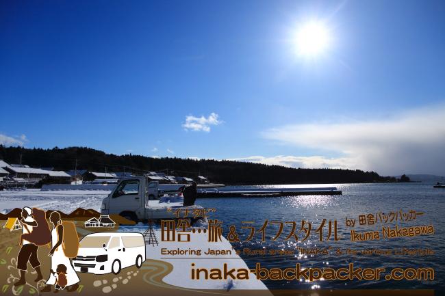 """能登・穴水町岩車(石川県) - 去年(2014年12月6日)、いきなり雪が降り積もったが、ここまで積るのは年に2~3回ほど。あとは積もっても1~2センチ程度ですぐに""""かき氷""""のようになり、融けてしまう。 能登は冬の期間、雨が多い。降った雨と雪融け水からの道路凍結に気をつけなければいけない。"""