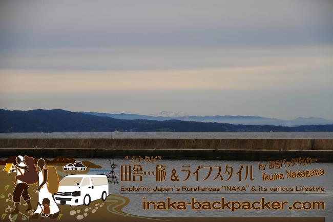 ぼくらバックパッカーファミリーが移住した能登・穴水町岩車からの立山連峰。ひょっこり雪をかぶった山頂が見える。6月だけど、まだ雪をかぶっているんだね。