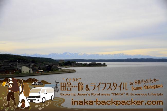 隣の穴水町鹿波(かなみ)からの立山連峰。海をまたがって山を眺めることができる穴水町の絶景スポット。東京や都会では、起きるとビルや建物だらけ…このスペース間ある眺めがある田舎