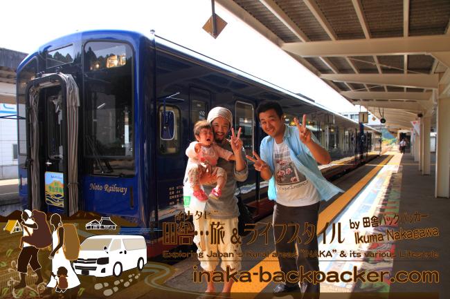 のと鉄道観光列車「のと里山里海号」前で、テレビ朝日「モーニングバード」金曜担当のプロデューサーさんと